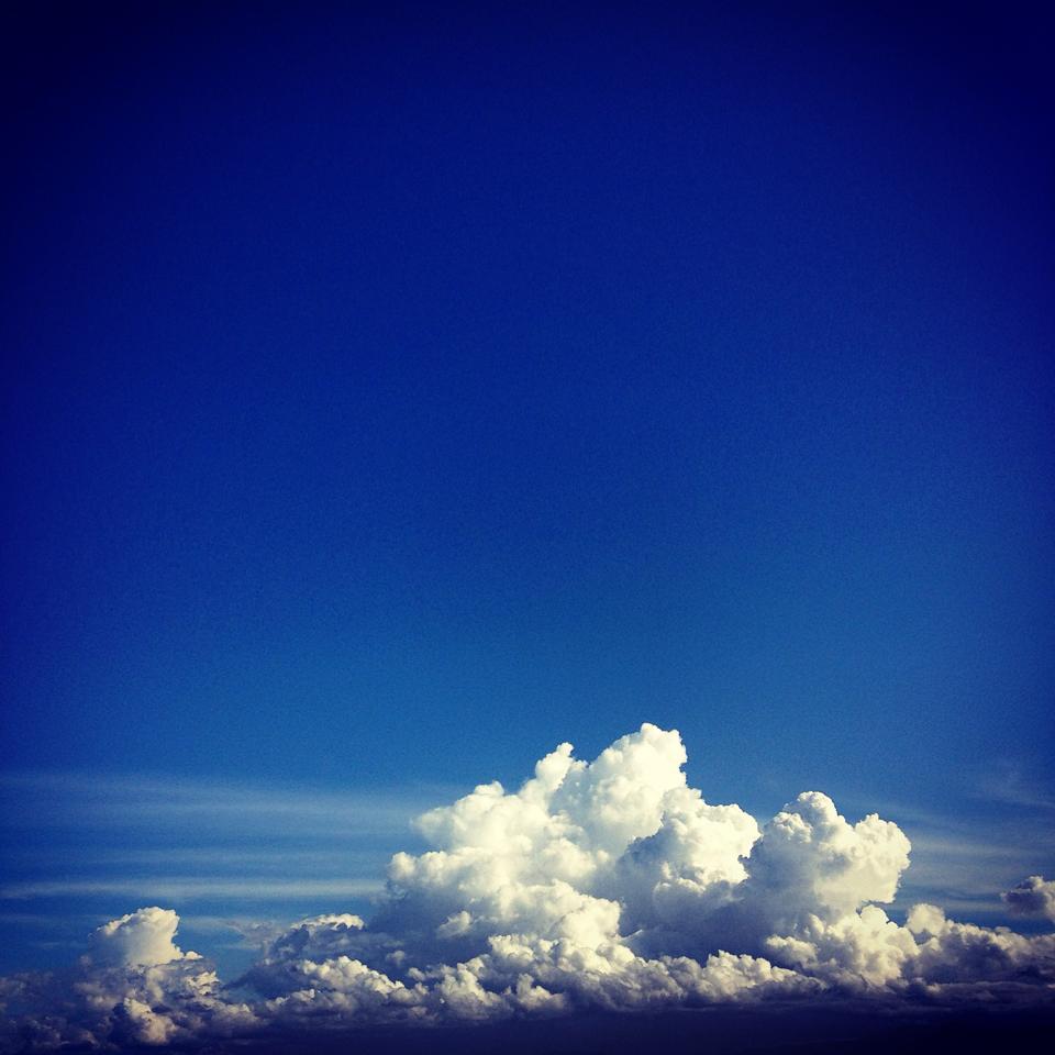 フリー素材 画像 にょきにょき もくもく 青空に夏らしい雲 暑くて熱い