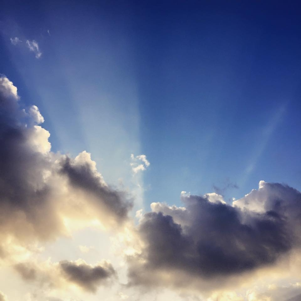 フリー素材 画像 冬の太陽光線 雲の向こうの青空 無料 株式会社