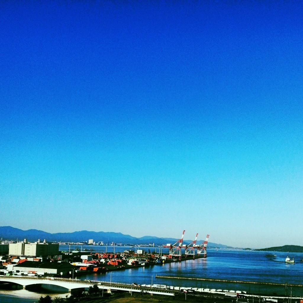 フリー素材 画像 雲ひとつない青空とコンテナとクレーンと海と船 無料